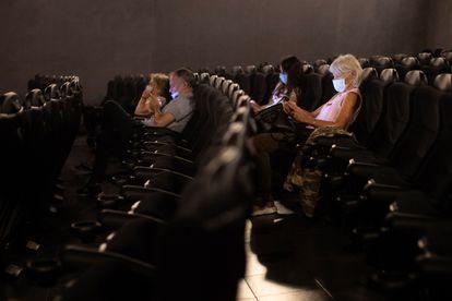 Espectadores en la sala de cine Renoir Floridablanca, este verano en Barcelona.