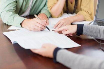 Una pareja firma un documento, en una imagen de archivo.