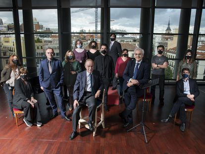 El equipo directivo del Teatro Real, con Joan Matabosch, Gregorio Marañón y Bertrán de Lis e Ignacio García-Belenguer en primer plano, posa con miembros del personal artístico de la institución este lunes, minutos antes de comenzar la gala de los International Opera Awards.