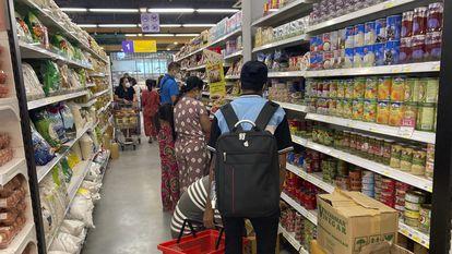 """Residentes en Yangon, la capital económica birmana, compraban alimentos este miércoles en un supermercado tras la declaración de una """"guerra defensiva"""" contra la junta militar por parte del gobierno en la sombra ."""