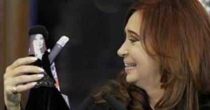 Cristina Fernández de Kirchner presenta a su muñeca.
