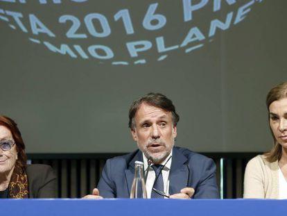 Josep Creuheras, entre Rosa Regàs (izquierda) y Carmen Posadas, miembros del jurado del premio Planeta.