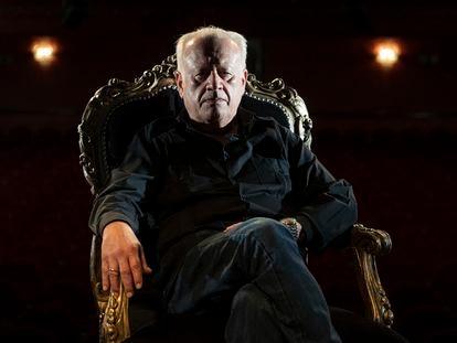 Juan Echanove posa en el escenario del Teatro Infanta isabel de madrid, donde protagoniza 'La fiesta del Chivo'.