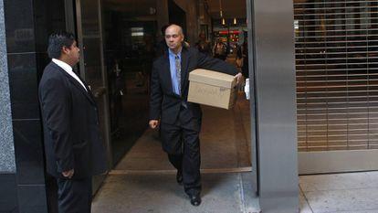Un empleado de Lehman Brothers abandona la sede del banco tras su despido.