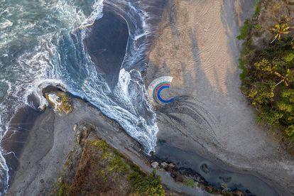 La obra de arte usó 4.760 piezas de plástico y midió 14 metros de diámetro.