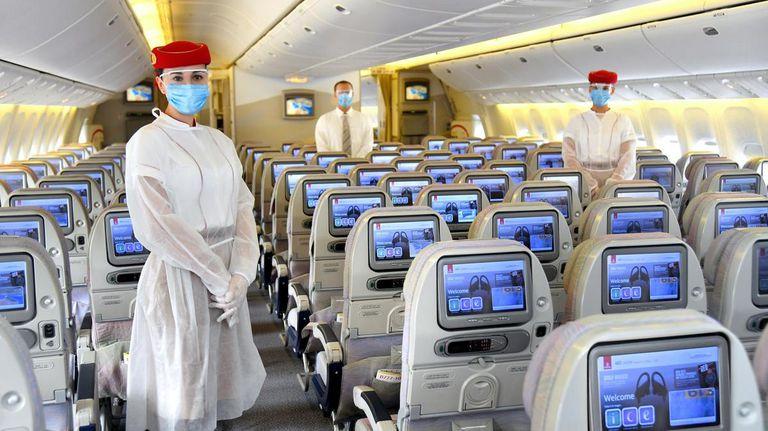 El personal de cabina de Emirates llevará equipo de protección en todos los vuelos. / EMIRATES