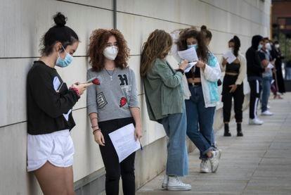 Residentes del Galileo Galilei en la cola para hacerse las pruebas de PCR antes del confinamiento del colegio.