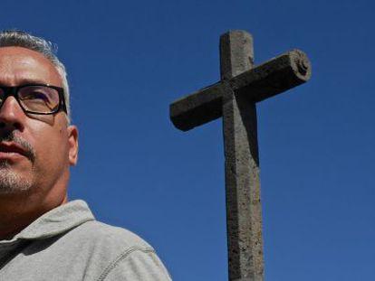 Luis Alberto Gonzálex, profesor de religión, gay, casado y ahora expulsado por las autoridades religiosas, en La Laguna (Tenerife).