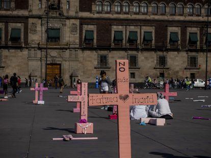 Cruces rosas con el nombre de mujeres asesinadas frente al Palacio Nacional, el pasado 9 de marzo.