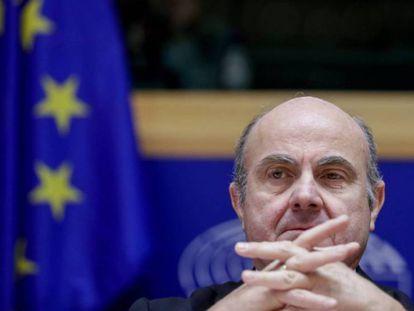 El vicepresidente del BCE, Luis de Guindos, en el Parlamento Europeo. En vídeo, declaraciones de Luis de Guindos.