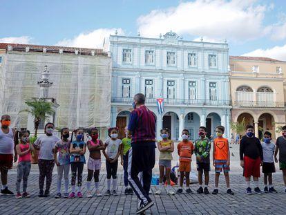 Un grupo de niños atiende a las instrucciones de su profesor en el centro histórico de La Habana, el pasado 6 de enero.