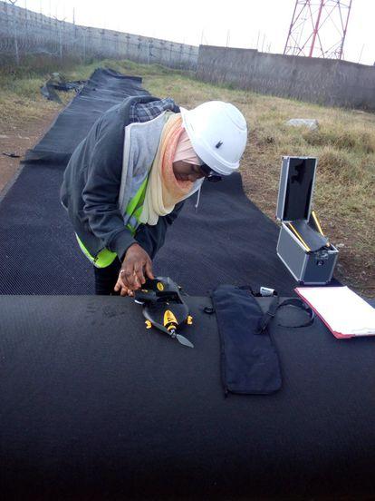Un joven pone en funcionamiento un dron.