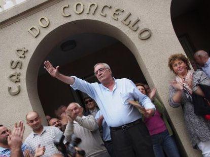 El regidor fallecido, Manuel González Capón, saluda a los vecinos en 2013 tras un sonado pleno en el que la oposición le recriminó sus declaraciones profranquistas.
