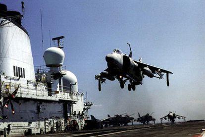 Un avión Sea Harrier aterriza sobre la cubierta del portaviones británico <i>Invincible,</i> en el mar Adriático.