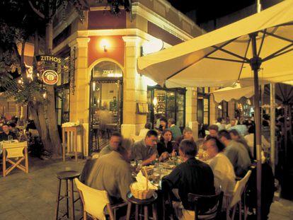 Terrazas de restaurantes en el barrio judío de Salónica.