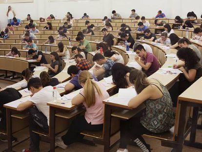 Estudiantes durante un examen en la universidad.