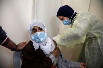 Una palestina recibe la vacuna contra la covid, el 25 de marzo en Tubas (Cisjordania).