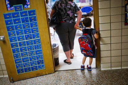 Un niño entra en clase en un colegio de Michigan.