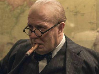 El actor se transforma en el estadista británico para el  thriller   El instante más oscuro