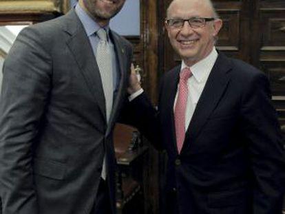 José Ramón Bauzá posa con el ministro de Hacienda, Cristóbal Montoro (derecha), antes de una reunión mantenida este lunes.