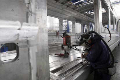 Un operario trabaja en la planta de CAF en Zaragoza.