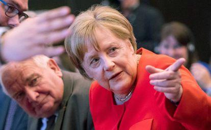 La canciller alemana, Angela Mérkel, junto al presidente francés del Partido Popular en la reunión de este miércoles.