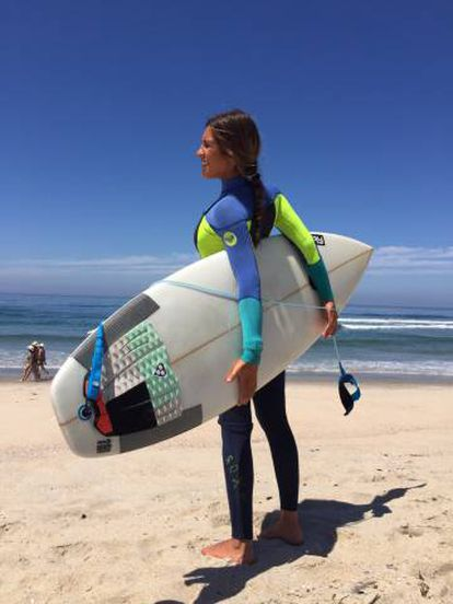 La surfista Gabriela Ferna en la playa de Razo
