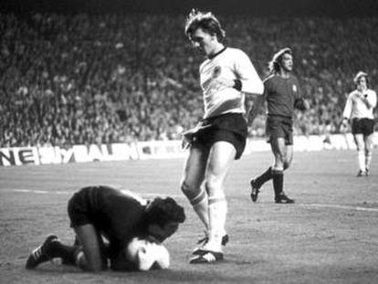 Iribar ataja ante el alemán Danner, en 1976.