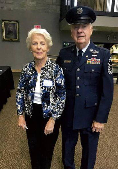 Skaar, de 81 años, junto a su esposa, vestido con uniforme de gala militar en noviembre pasado, en una fotografía facilitada por él