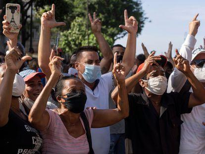 Un grupo de manifestantes contrarios al Gobierno se manifiestan en las calles de La Habana, el pasado 11 de julio. En vídeo, videoanálisis sobre las protestas en Cuba.