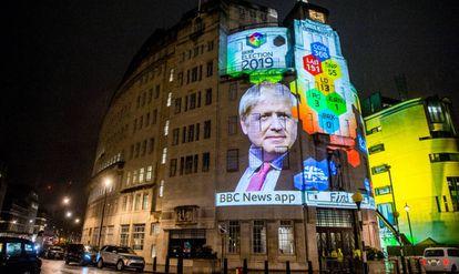 Una proyección sobre la fachada de la BBC anuncia la victoria de Boris Johnson el 12 de diciembre