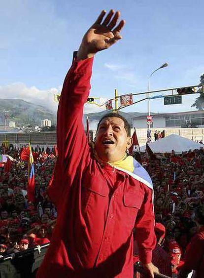 Hugo Chávez saluda a sus seguidores durante un mitin electoral en San Cristóbal en noviembre pasado.