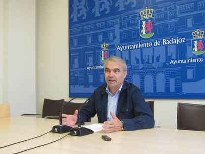 El alcalde popular, Francisco Javier Fragoso, en una rueda de prensa en el Ayuntamiento de Badajoz.