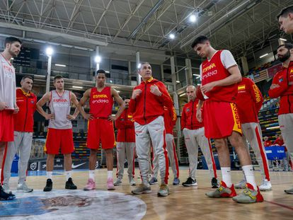Los jugadores de la Selección, en una imagen de archivo, escuchan una charla de Sergio Scariolo.