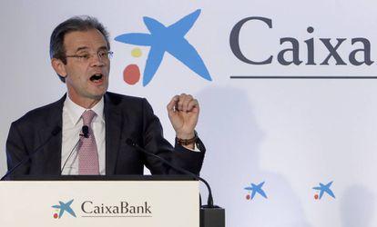 El presidente de CaixaBank, Jordi Gual (derecha).