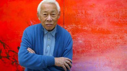El pintor franco-chino Zao Wou-Ki posa en su taller en París en una imagen de 2003.