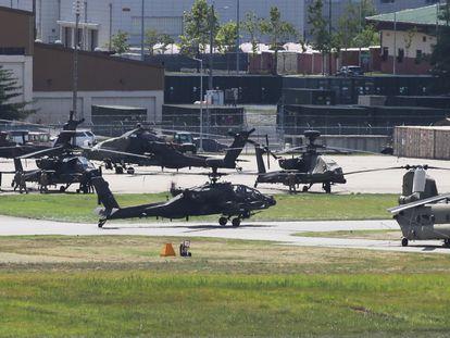 Helicópteros militares estacionados en una base del ejército estadounidense en Pyeongtaek, Corea del Sur, el 9 de agosto de 2021.