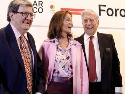 GRAF4665. MADRID, 27/02/2019.- El Premio Nobel Mario Vargas Llosa (d), Isabel Preysler (c), y el crítico de arte y comisario Juan Manuel Bonet (i), durante apertura de puertas de la feria de arte contemporáneo Arco , con Perú como país invitado. EFE/ Paolo Aguilar