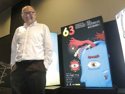 José Luis Rebordinos, director del Festival de Cine de San Sebastián, posa junto a los carteles del certamen de 2015.