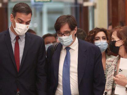 El presidente del Gobierno, Pedro Sánchez; el ministro de Sanidad, Salvador Illa; y la vicepresidenta primera del Gobierno, Carmen Calvo, en el Congreso.