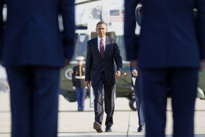 El presidente Barack Obama, minutos antes de embarcar en el <i>Air Force One</i> en la base aérea de Andrews.