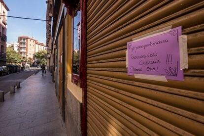 Cartel de cerrado por la crisis de coronavirus en la calle de la Cava Baja, de Madrid.