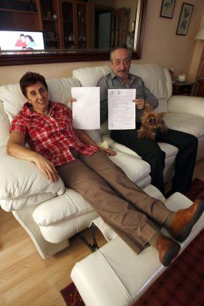 Felisa Tomico y Juan Antonio Panadero, que buscan a su bebé desaparecido en 1978, ayer en su domicilio en Madrid.