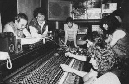 Tino Casal, segundo por la izquierda, durante la grabación del disco de Obús 'Poderoso como el trueno'. Fortu está a la derecha, de pie, al fondo.