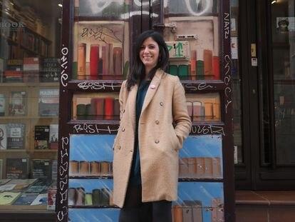 """Ana Requena, periodista y autora del libro """"Feminismo vibrante"""" en el barrio de Malasaña."""