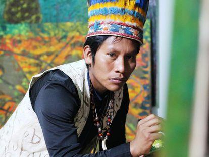 Aimema Uai, indígena amazónico, en su taller de pintura, en Bogotá, a mediados de julio.