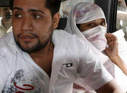 Shumail Raj y Shahzina Tariq llegan al tribunal de Lahore, Pakistán.