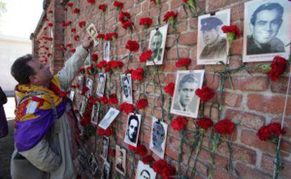 Homenaje a las víctimas de la represión franquista hoy en la tapia del cementerio del Este en Madrid.