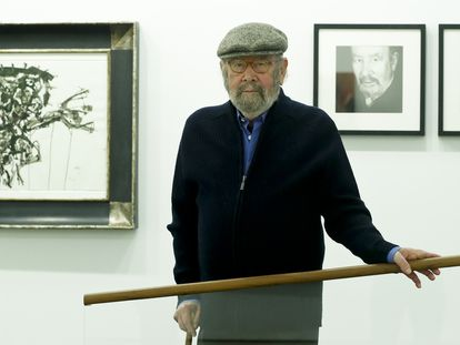 Jose Manuel Caballero Bonald visita en Madrid la exposicion 'Desaprendizajes', en  febrero de 2017.