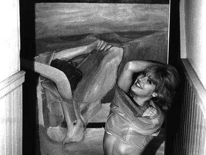 La artista pop británica Pauline Boty recrea una de sus obras en su estudio de Londres en 1963.